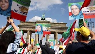 تظاهرات (ایرانیان) در مقابل دروازه برجسته براندنبورگ در برلین