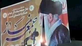 به آتش کشیدن تصاویر خامنهای توسط جوانان شورشگر