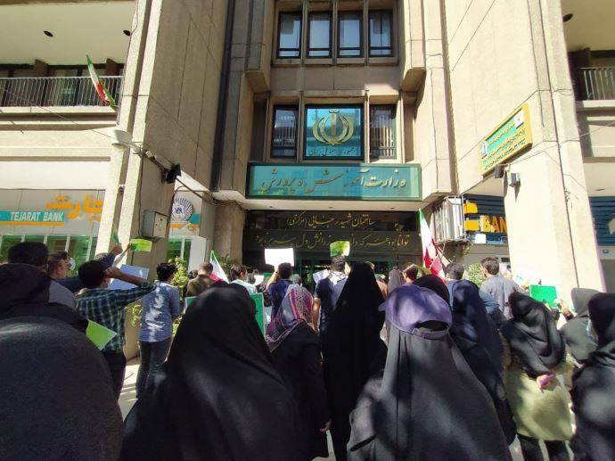 ببست و دومین روز تجمع و تحصن کارنامه سبزها مقابل وزارت آموزش و پرورش - 3