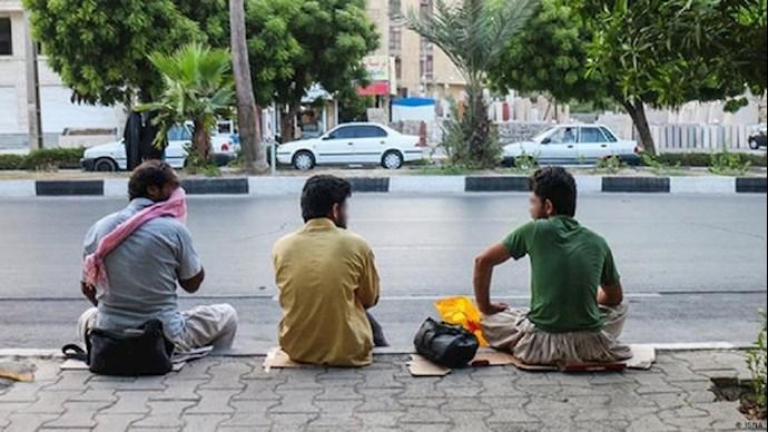 تصویری از کارگران فصلی در کنار خیابان