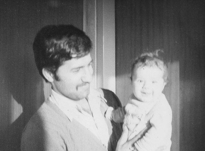 سند حسین میرزایی همراه با فرزندش