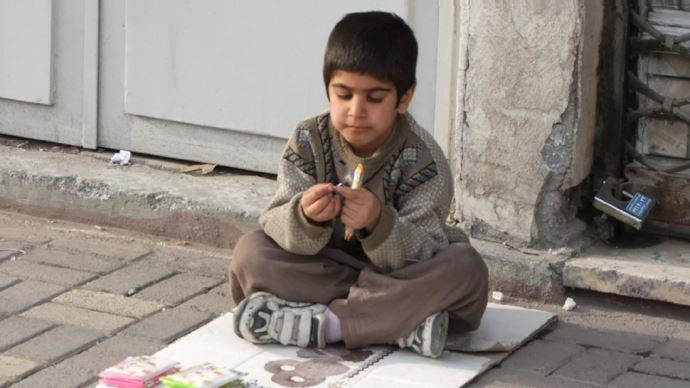 دستفروشی کودکان بخاطر فقر و تنگدستی