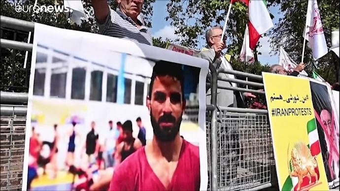 تصویری از نوید افکاری در تظاهرات ایرانیان آزاده در خارج از کشور