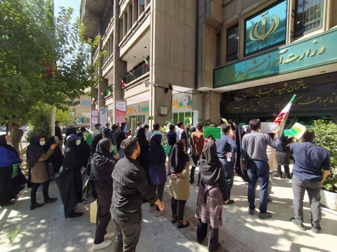 ببست و دومین روز تجمع و تحصن کارنامه سبزها مقابل وزارت آموزش و پرورش - 0