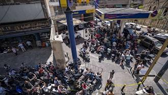 رانندگان موتورسیکلت منتظر دریافت سوخت در یک پمپ بنزین در بیروت